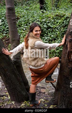 Frau stehend in der Mitte des Baumes. Stockbild