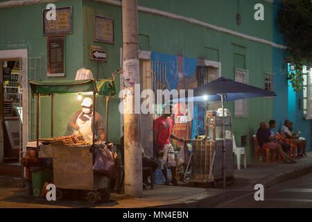 Ein Barbecue auf die bunten Straßen von Getsemani bei Dämmerung, Cartagena, Kolumbien, Südamerika Stockbild