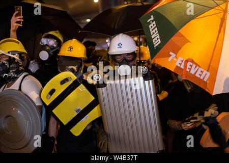 Die Demonstranten tragen Helme, Gasmasken und tägliche Objekte als Schild, um sich vor der Polizei zu protestieren. Die Hong Kong Polizei hat verwendet, Tränengas und Blase Munition gegen Demonstranten als Hunderte von Demonstranten marschierten hat die geplante Demonstration Route. Zehntausende von pro-demokratischen Demonstranten haben wöchentliche Kundgebungen auf den Straßen von Hong Kong gegen die umstrittene Auslieferung Rechnung seit Anfang Juni fortgesetzt. Stockbild