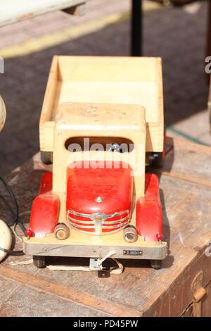 Altes Spielzeug Auto aus Holz auf einem Flohmarkt, Deutschland, Europa ich Altes Speilzeugauto aus Holz auf einem Flohmarkt, Deutschland, Europa I Stockbild