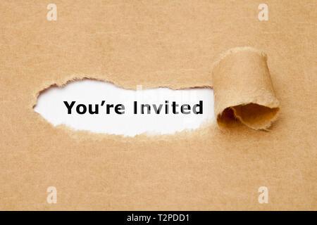 Text, den Sie hinter zerrissen braunes Papier eingeladen werden angezeigt. Einladung Konzept. Stockbild
