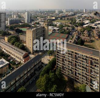 Brownfield Immobilien, Bromley, Pappel, Tower Hamlets, London, 2016. Allgemeine Ansicht der Immobilien aus dem Südosten, auf der Suche nach unten in Richtung Glenkerry Haus und Carradale Haus vom Dach der Balfron Tower. Alle drei Gebäude wurden von erno Goldfinger in den 1960er und 1970er Jahren entworfen. Stockbild