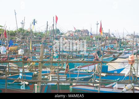 Sri Lanka, Asien, Dodanduwa - Mehrere traditionelle langboote am Strand von dodanduwa Stockbild