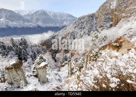 Hoodoos des Postalesio nach einem Schneefall, Postalesio, Valtellina, Lombardei, Italien, Europa Stockbild