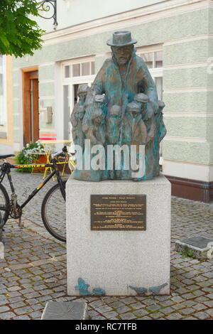 Korczak Denkmal, Günzburg, Schwaben, Bayern, Deutschland, Europa ich Korczak-Denkmal, Günzburg, Schwaben, Bayern, Deutschland, Europa I Stockbild