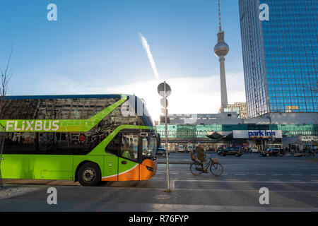 Flixbus Long Distance Bus Reisebus auf Alexandersrasse Berlin mit dem Berliner Fernsehturm Berlin Fernsehturm Fernseh Turm am Alexanderplatz Stockbild