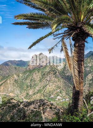 Trail hinunter in die Stadt von Vallehermoso vom Roque El Cano im Norden von La Gomera auf den Kanarischen Inseln beherrscht Stockbild