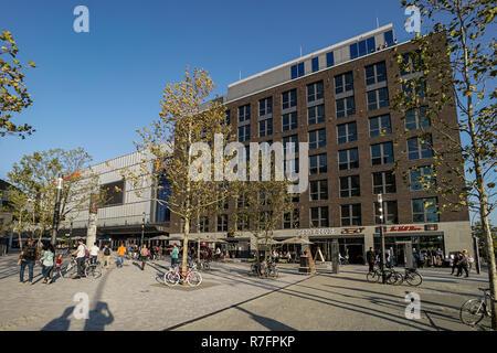 Der Mercesdes Benz Platz, Mercedes Benz Arena, die neue Anlage mit Verti Music Hall, Restaurants, Mulitplex Kino, Shopping Mall, Friedrichshain, Berlin Stockbild