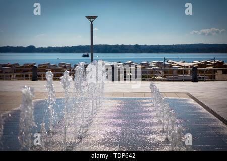 Ein Brunnen auf einer Promenade am Strand Stockbild