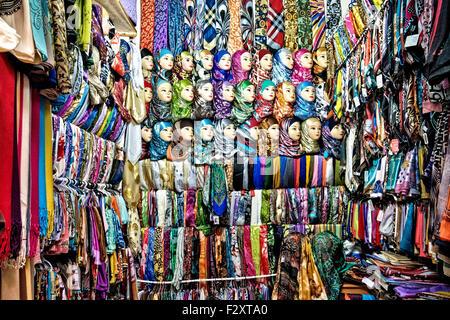 Schal und Hijab-Shop in der alten Medina von Fes, Marokko Stockbild