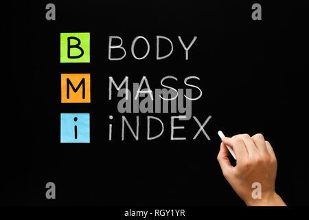 Hand schreiben BMI - Body Mass Index Akronym mit weißer Kreide auf Tafel. Stockbild