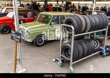 1965 Swiftune Austin Mini Cooper S von William Medcalf in der Koppel mit den Reifen Rack. Betty Richmond Trophy, 77. Goodwood Mitgliederversammlung, Großbritannien Stockbild
