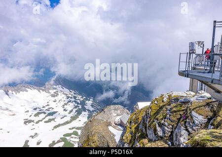 Auf dem Gipfel des Säntis, Appenzell Alpen, Schweiz - Wetterstation und Sternwarte Gebäude mit Blick auf die umliegenden Berge. Stockbild