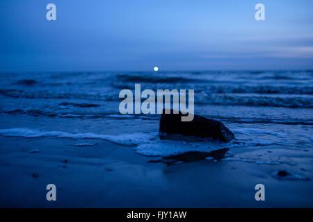 Malerische Aussicht auf Meer gegen blauen Himmel in der Abenddämmerung Stockbild