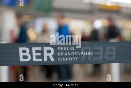 Berlin, Deutschland. 19 Apr, 2019. Ein absperrband mit dem Impressum ber Flughafen Berlin Brandenburg kann vor der Schlange der wartenden Menschen gesehen werden. Credit: Paul Zinken/dpa/Alamy leben Nachrichten Stockbild