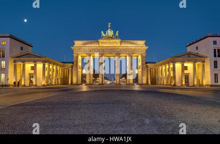 Panorama des berühmten Brandenburger Tor in Berlin bei Nacht Stockbild