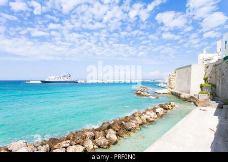 Otranto, Apulien, Italien - Sonnenbaden am Kai von Otranto in Italien Stockbild