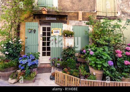 Privates Haus mit kleinen Garten, beautuful Blumen, Saignon, Provence Stockbild