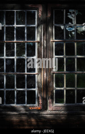 Fenster des alten Holzhauses. Ländliche Gebäude Detail. Skandinavischen Landschaft nach Hause. Stockbild