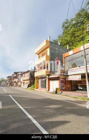 Balapitiya, Sri Lanka - Dezember 2015 - Standard der städtischen Geschäfte in Balapitiya, Sri Lanka, Aisa Stockbild