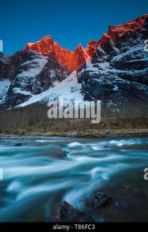 Am frühen Morgen Licht auf die 3000 Meter vertikale Trollmauer und die Spitzen Trolltindane im Tal Romsdalen, Østfold, Norwegen. Stockbild