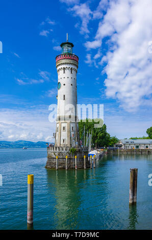 Historischen Leuchtturm am Hafen in der Altstadt von Lindau im Bodensee, Bayern, Deutschland, Europa. Stockbild
