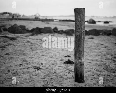 Holzpfosten am Strand Stockbild