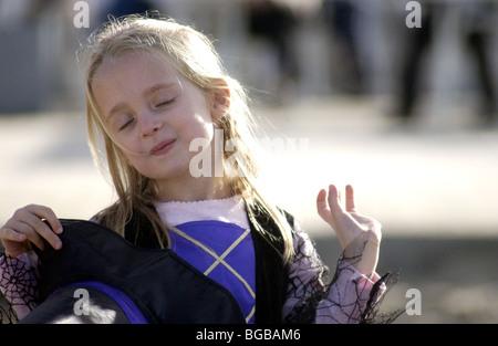 Halloween Kleid und lächelndes Kind Stockbild