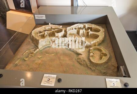 Die alte megalithische Tempel Komplex von ?a?ar Qim in Malta ist ein UNESCO-Weltkulturerbe, kleine Modell der Website im Welcome Center Stockbild