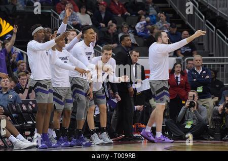 Kansas City, Missouri, USA. 15 Mär, 2019. Die Kansas State Wildcats Bank reagiert auf einen drei Zeiger während der Phillips 66 grosse 12 Men's Basketball Meisterschaft Halbfinale zwischen der Kansas State Wildcats und die Iowa State Wirbelstürme an der Sprint Center in Kansas City, Missouri. Kendall Shaw/CSM/Alamy leben Nachrichten Stockbild