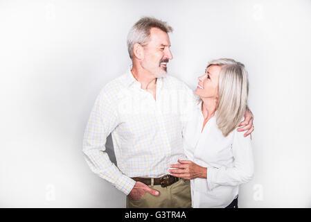 Ein älteres paar posiert in einem Studio-Arm in Arm. Stockbild