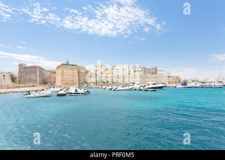 Otranto, Apulien, Italien - Motorboote am Hafen von Otranto in Italien Stockbild