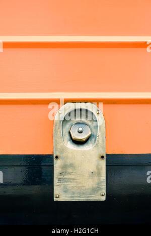 Detail der alten Zug Motor mit Deckel des Kraftstofftanks. Rote Bahn Hintergrund von Vintage-Lokomotive. Retro-Transport Stockbild