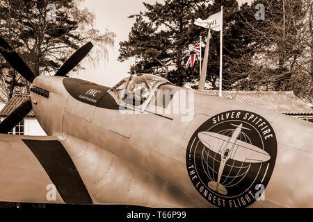 """1943 Mk.IX Supermarine Spitfire Silber, CBAF IX 970, Förderung von """"Best of British"""" rund um die Welt. 77 Goodwood GRRC Mitgliederversammlung, Sussex, UK Stockbild"""