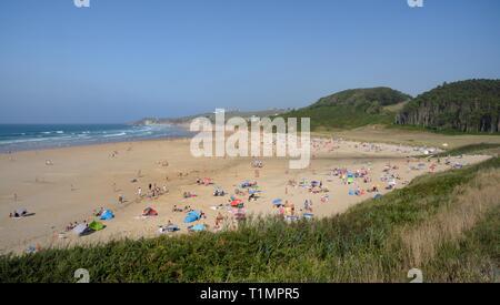 Überblick über Playa de Meron und Playa Gerron Strände, San Vicente de la Barquera, Kantabrien, Spanien, August. Stockbild