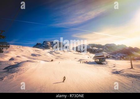 Skifahrer auf schneebedeckten Pisten, Madonna di Campiglio, Trentino-Südtirol, Italien Stockbild