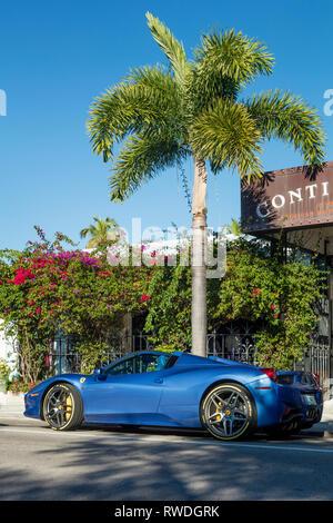 Blue Ferrari 458 entlang trendy 3rd Street South Einkaufsviertel, Naples, Florida, USA geparkt Stockbild