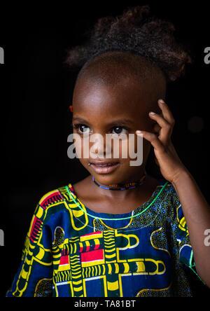 Porträt einer Peul Stamm Mädchen mit einem seltsamen Haarschnitt, Savanes Bezirk, Boundiali, Elfenbeinküste Stockbild