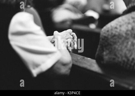 Alte Gebet Hand in der Kirche Stockbild