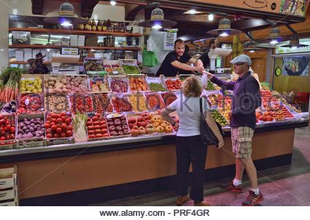 Ladenbesitzer Kunden, Obst und Gemüse, Mercat de Santa Caterina in Ciutat Vella Barcelona Spanien Europa. Stockbild