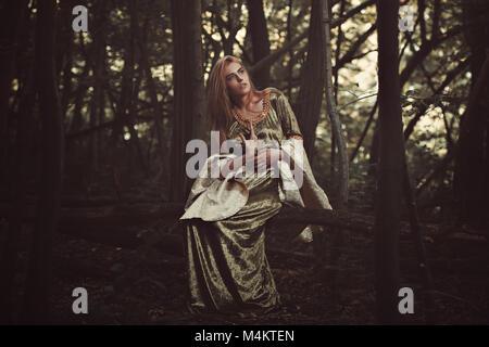 Schöne elfin Lady in magischen Wald. Fantasy Schuß Stockbild