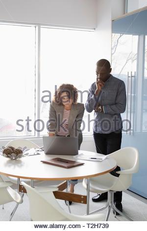 Geschäftsleute, die Arbeiten am Laptop im Konferenzraum Stockbild