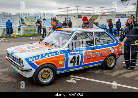1980 Ford Fiesta Datapost Hatchback von Tom Burgess, Gerry Marshall Trophy Teilnehmer, iin der Koppel in Goodwood 76th Mitgliederversammlung, Sussex, UK. Stockbild