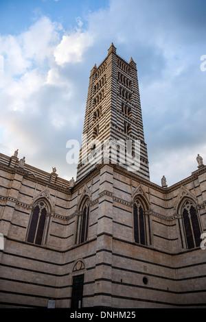 Niedrigen Winkel Blick auf eine Glocke Turm, Dom von Siena, Siena, Provinz Siena, Toskana, Italien Stockbild