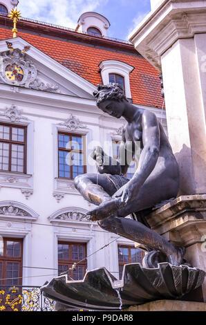 Augsburg, Bayern, Deutschland - Naiad gießt Wasser über die Füße, ein Detail der Hercules Brunnen auf Maximilian Straße. Stockbild