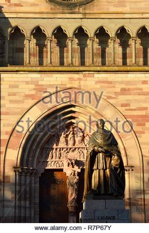 Frankreich, Bas Rhin, Obernai, pivert Denkmal vor Saint Pierre und Paul Kirche Stockbild