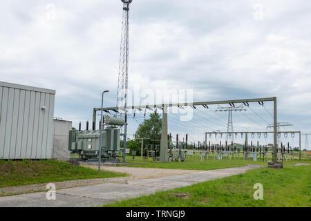 Ein Umspannwerk ist Teil des elektrischen Versorgungsnetzes eines Energieversorgungsunternehmens und dient der Verbindung unterschiedlicher Spannungse Stockbild