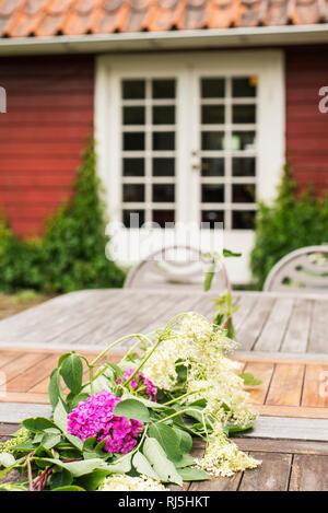 Blumen auf dem Tisch im Hinterhof Stockbild