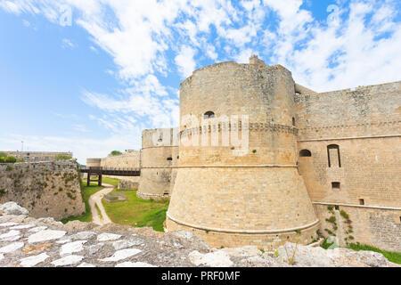 Otranto, Apulien, Italien - einem historischen Wehrturm als Teil der Stadtmauer von Otranto in Italien Stockbild