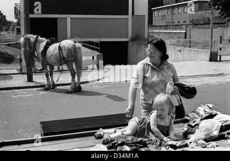 Portobello Road Markt am Samstag 1970s London. Dies liegt am nördlichen Ende, die nicht wohlhabend war. Familien Stockbild